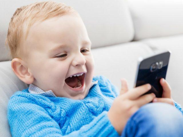 Важливі 10 порад, які захистять зір вашої дитини від впливу екранів смартфонів та комп'ютерів
