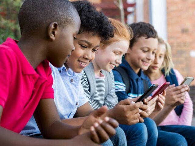 Особливості зорової поведінки дітей зі смартфонами, та як це може вплинути на розвиток короткозорості