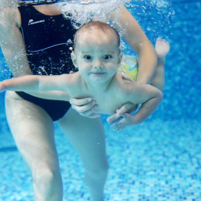Чи можна плавати під водою із розплющеними очима?